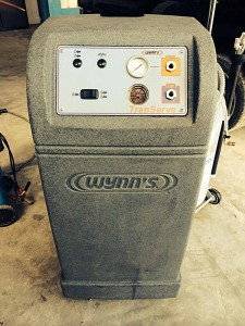 Машината TranServe почиства автоматичната скоростна кутия и осигурява пълна смяна на маслото ATF